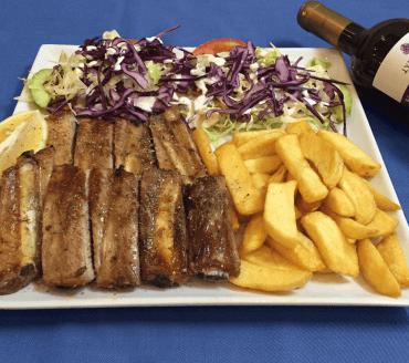 Petits os avec salades et frites