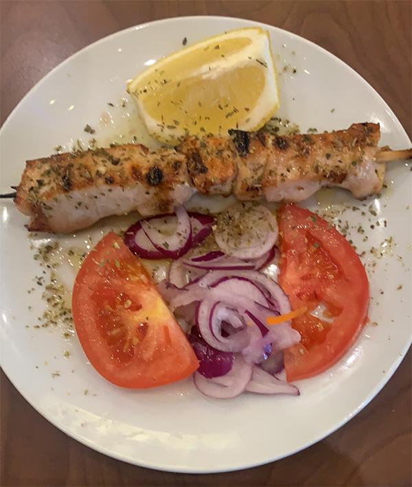 Une pièce de Souvlaki (brochette) de poulet