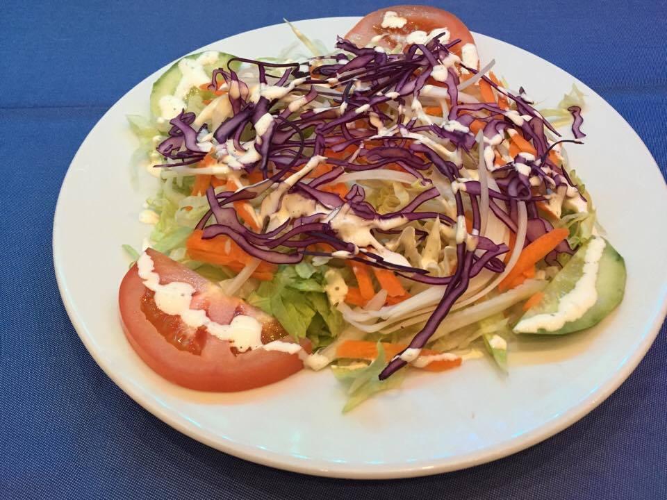 Salade verte, tomates, concombres, oignons, carottes, choux, vinaigrette